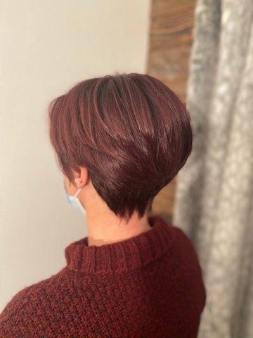 Coupe boule dégradée avec couleur acajou de L'Oréal dans salon de coiffure au Grand Bornand